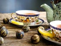 Bola de té vieja del tablero del té verde del té negro de la tetera Foto de archivo