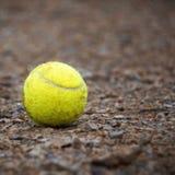 A bola de tênis amarela apenas fotografia de stock