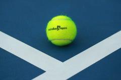 Bola de tênis de Wilson com logotipo aberto do australiano no campo de tênis Imagens de Stock
