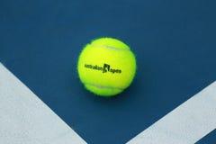 Bola de tênis de Wilson com logotipo aberto do australiano no campo de tênis Fotografia de Stock