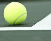 Bola de tênis dentro do campo de tênis Imagens de Stock Royalty Free