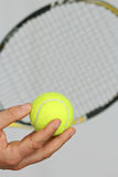 Bola de tênis e preparação fazer um serviço Imagens de Stock Royalty Free