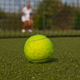 Bola de tênis e silhueta do jogador de tênis Foto de Stock Royalty Free