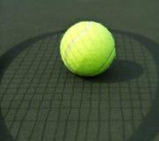 Bola de tênis e sombra de Raquet Foto de Stock Royalty Free