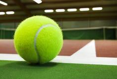Bola de tênis em um campo de tênis fotos de stock royalty free