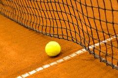 Bola de tênis em uma corte de argila Foto de Stock Royalty Free