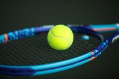 Bola de tênis em uma raquete Imagens de Stock Royalty Free