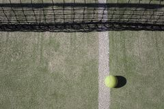A bola de tênis encontra-se perto da rede Imagens de Stock Royalty Free