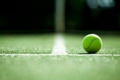 Bola de tênis na corte de grama do tênis Fotos de Stock Royalty Free