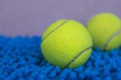 Bola de tênis na esteira azul Imagens de Stock Royalty Free