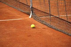 Bola de tênis na frente da rede Foto de Stock Royalty Free