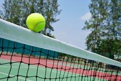Bola de tênis na rede Fotografia de Stock