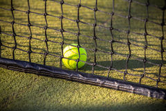 Bola de tênis na rede Imagem de Stock Royalty Free