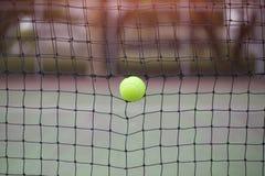 Bola de tênis na rede no campo de tênis Fotografia de Stock
