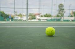 Bola de tênis no tribunal Fotografia de Stock