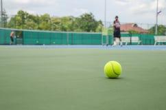 Bola de tênis no tribunal Foto de Stock