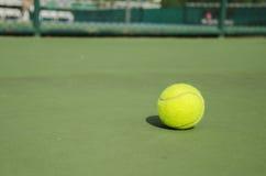 Bola de tênis no tribunal Imagens de Stock