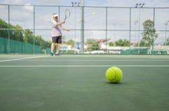Bola de tênis no tribunal Foto de Stock Royalty Free