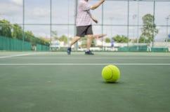 Bola de tênis no tribunal Fotos de Stock Royalty Free