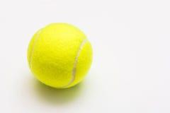 Bola de tênis verde no fundo branco Foto de Stock Royalty Free