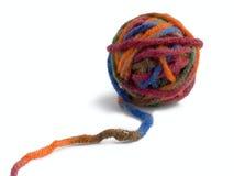 Bola de una cuerda de rosca del color para hacer punto Imagen de archivo