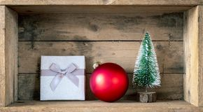 Bola de vidro da caixa de presente da decoração dos símbolos do Natal e tre vermelhos do abeto foto de stock