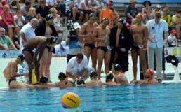 Bola de Waterpolo en el foco, el equipo alemán del waterpolo en el fondo Fotografía de archivo libre de regalías