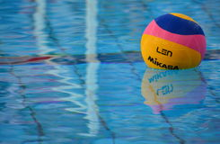Bola de Waterpolo en la piscina Fotografía de archivo libre de regalías