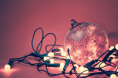 A bola decorativa com com a festão ilumina-se para o feriado do Natal Imagem de Stock Royalty Free