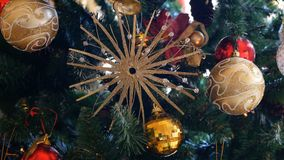 Bola decorativa de Navidad en el primer del árbol de navidad almacen de video