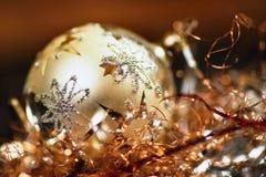 Bola decorativa de prata do Natal com grupo da linha minúscula metálica do twinkling Imagens de Stock Royalty Free