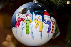 Bola decorativa en el árbol de navidad Imagen de archivo libre de regalías