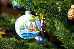 Bola decorativa en el árbol de navidad Imágenes de archivo libres de regalías