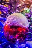 Bola decorativa roja grande en un árbol de navidad en el aire abierto Imagen de archivo