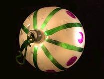 Bola del árbol de navidad con las rayas verdes foto de archivo