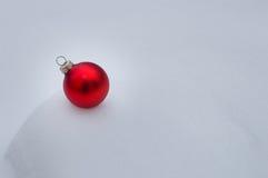 Bola del árbol de navidad en nieve Foto de archivo