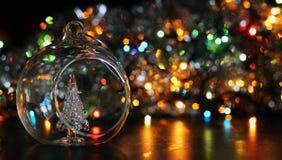 bola del Año Nuevo en fondo borroso de la guirnalda Foto de archivo