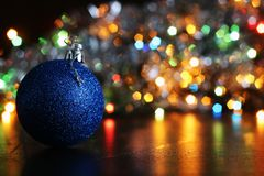 bola del Año Nuevo en fondo borroso de la guirnalda Imágenes de archivo libres de regalías