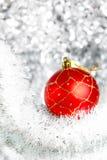 Bola del Año Nuevo y arqueamiento rojos del oro Imagen de archivo