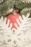Bola del Año Nuevo y copo de nieve decorativo, con un efecto retro Fotografía de archivo