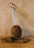 Bola del algodón, del trabajo que hace punto y de la aguja Imagen de archivo