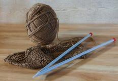Bola del algodón y del trabajo que hace punto Imagen de archivo libre de regalías