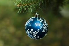 Bola del azul de la Navidad imágenes de archivo libres de regalías