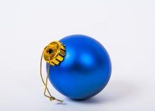 Bola del azul de la Navidad Fotografía de archivo libre de regalías
