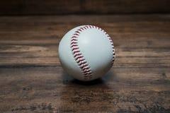 Bola del béisbol en la tabla imagen de archivo
