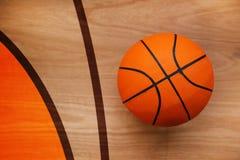 Bola del baloncesto en piso de la corte fotografía de archivo