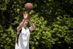 Bola del baloncesto que lanza Imágenes de archivo libres de regalías