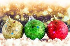 Bola del brillo para los ornamentos y decoración en festival de la Navidad y del Año Nuevo con efecto de la nieve Imagenes de archivo