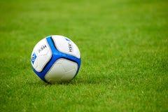 bola del club Hamburgo del fútbol en patio verde fotos de archivo