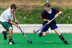 Bola del desafío de los muchachos del hockey Fotografía de archivo